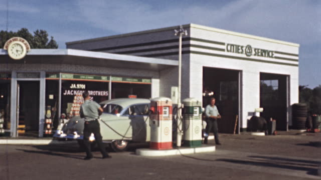 1956 ws cities service gas station, cars getting serviced, attendant washing windshields / usa - 1950 stock-videos und b-roll-filmmaterial