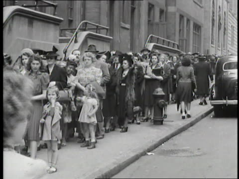 vidéos et rushes de citizens of new york stand in line for their food rationing booklets during world war ii. - file attente