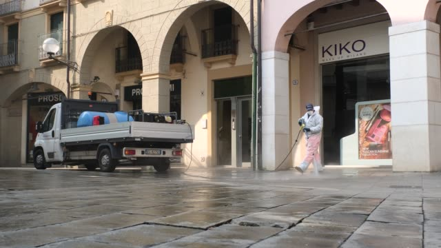 citizens of padua on march 12 2020 cross the streets of the city almost deserted wearing an ffp2 mask to protect themselves from the infestation of... - infestation stock-videos und b-roll-filmmaterial