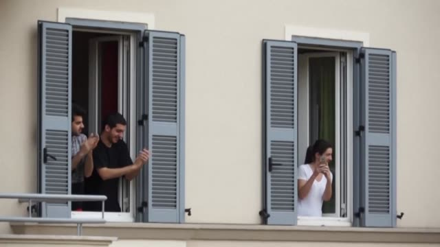 citizens of rome show their appreciation for health workers combatting the coronavirus by applauding them from their windows - applaudire video stock e b–roll