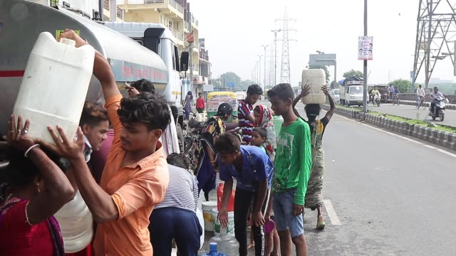 citizens of the capital city going through water crisis in outskirts at mayur vihar to trilok puri road in new delhi in india, on august 14, 2019. - 有事点の映像素材/bロール
