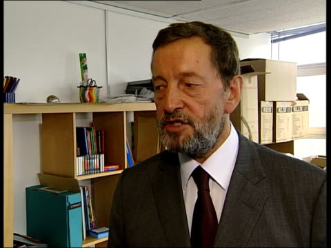 immigrants face tests london david blunkett mp meeting young people during visit to immigrant education centre ms blunkett chatting to teacher during... - 市民点の映像素材/bロール