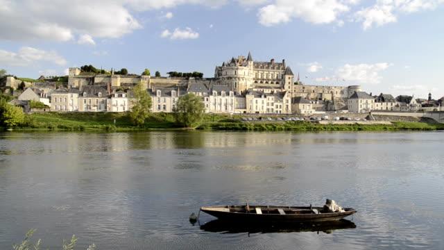 vidéos et rushes de city and castle of amboise along the loire river - château