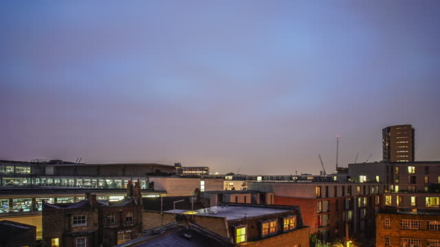vidéos et rushes de city apartments and rooftops day to night time lapse. - hackney