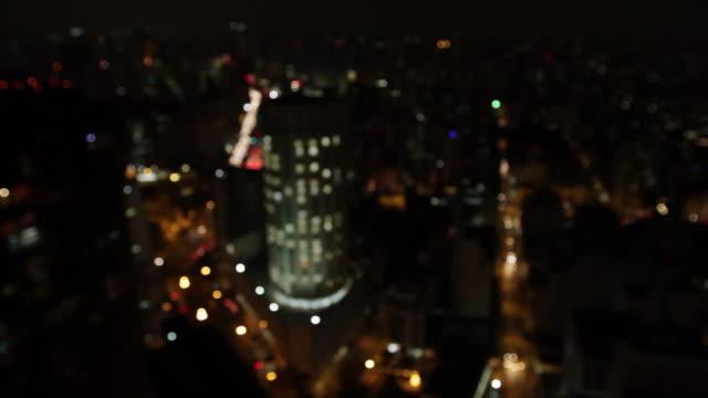 ws ha r/f city at night, buildings and streets / sao paulo, brazil - dissolvenza in chiusura video stock e b–roll