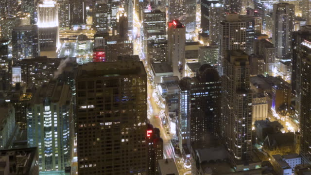 vídeos de stock, filmes e b-roll de ws aerial zo pan t/l city at night / chicago, il, united states - chicago 'l'