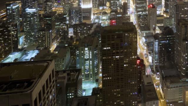 vídeos de stock, filmes e b-roll de ws aerial  pan t/l city at night / chicago, il, united states - chicago 'l'