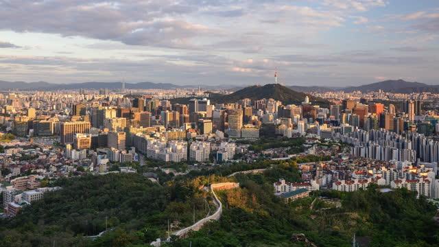 vídeos de stock e filmes b-roll de city buildings and n seoul tower view from inwangsan mountain / jongno-gu and jung-gu, seoul, south korea - placa de nome de rua