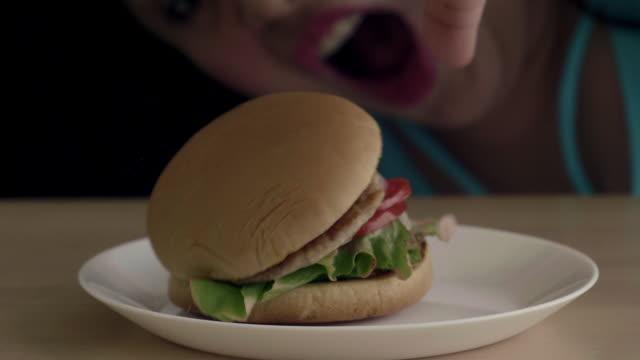 vídeos de stock, filmes e b-roll de hamburguer da cidade - emoção negativa