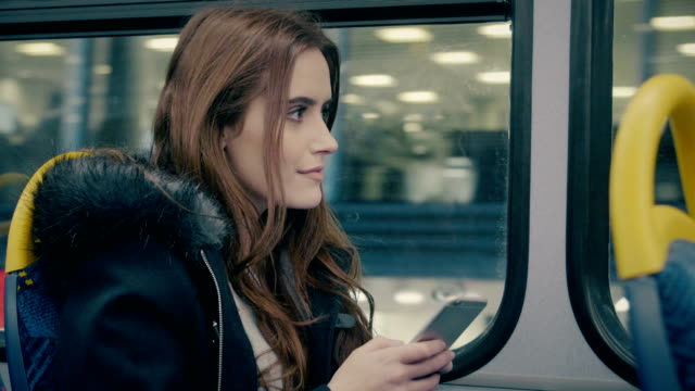 stockvideo's en b-roll-footage met stadsbus, smartphone vrouw. - bus
