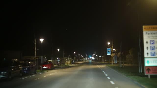 stadt mit dem auto in der nacht - autoperspektive stock-videos und b-roll-filmmaterial