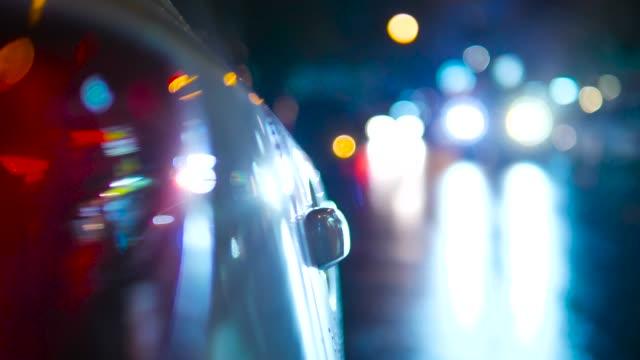 stadt auto ampel in der stadt regen. - nass stock-videos und b-roll-filmmaterial