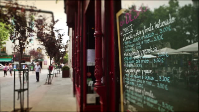 マドリッドの中心街: レストランのメニューには、通り - spanish culture点の映像素材/bロール