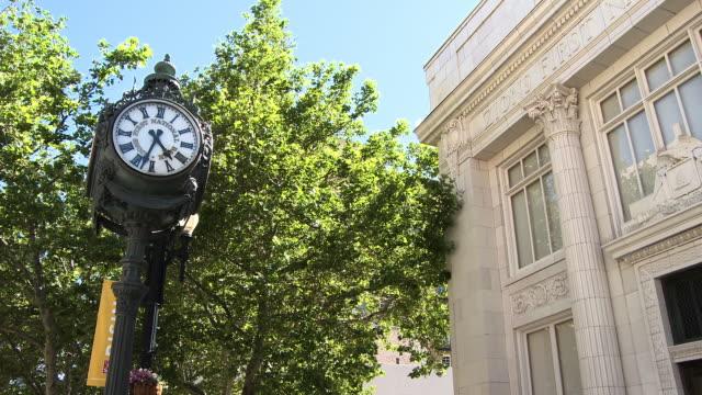 city clock and building from the street. - romersk siffra bildbanksvideor och videomaterial från bakom kulisserna