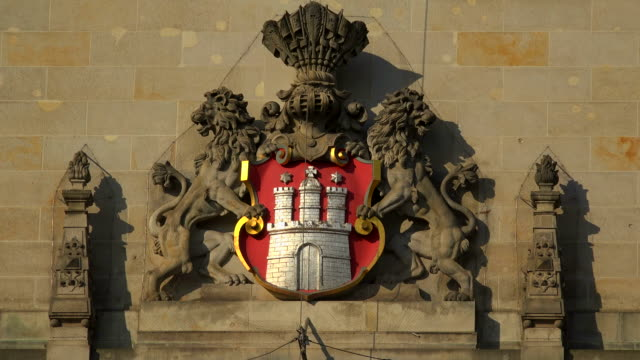 city coat of arms at the city hall of hamburg, germany - rathaus hamburg stock-videos und b-roll-filmmaterial