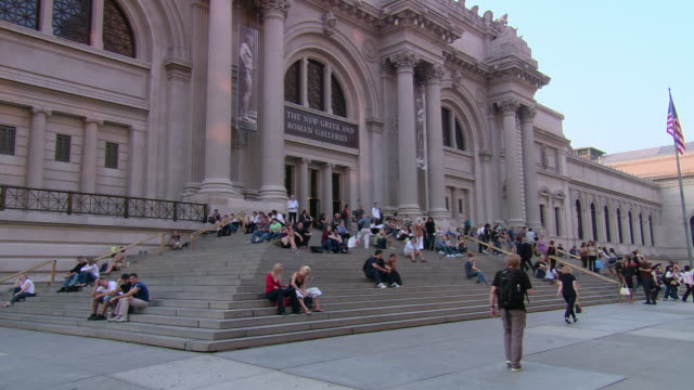 vidéos et rushes de la city college of new york campus building, with students sitting on steps and walking past / new york, united states - facade
