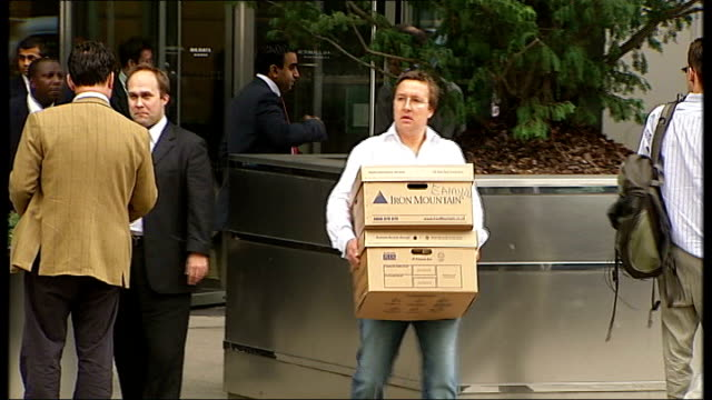 stockvideo's en b-roll-footage met city continues to feel fallout from lehman brothers collapse 1592008 london lehman brothers ext lehman brothers employee carrying boxes from building... - 2008