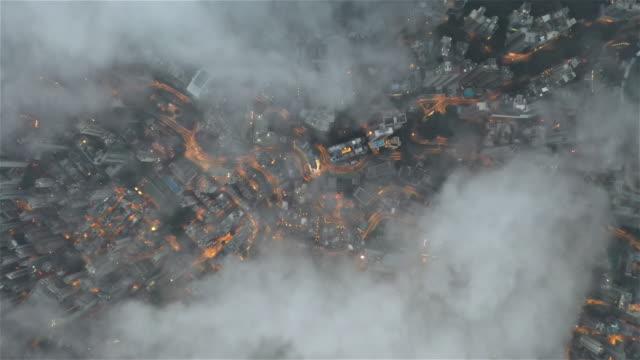 vídeos de stock, filmes e b-roll de cidade diretamente para baixo acima das nuvens - kowloon