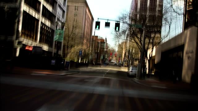 vidéos et rushes de conduite de ville - feu de signalisation pour véhicules