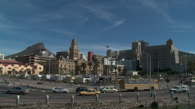 ws city hall and lion's head in background, cape town, western cape, south africa - kapstadt stock-videos und b-roll-filmmaterial