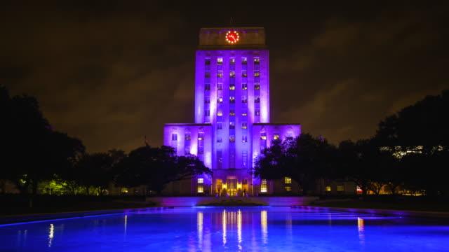 vídeos y material grabado en eventos de stock de city hall building lit up at night in houston, texas - time lapse - town hall