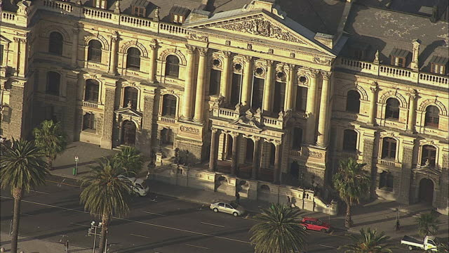 aerial ms city hall front exterior, cape town, western cape, south africa - frontgiebel stock-videos und b-roll-filmmaterial