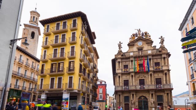 vídeos de stock, filmes e b-roll de city hall in pamplona - placa de nome de rua