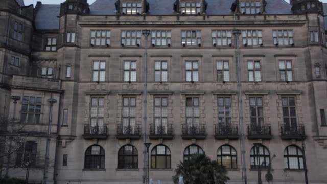 city hall, sheffield, south yorkshire, england, uk, europe - シェフィールド点の映像素材/bロール