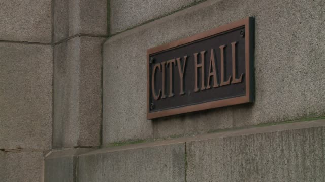 city hall' sign on exterior of chicago city hall building on november 16, 2015. - rathaus stock-videos und b-roll-filmmaterial