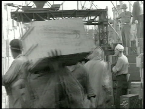 vidéos et rushes de city & harbor in algiers . soldiers unloading supply ship, crates being stacked, soldiers piling up crates. men moving seed bags on cart in... - docker