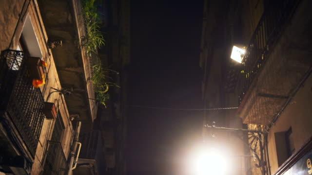 vidéos et rushes de impressions de la ville pendant la nuit - barcelone
