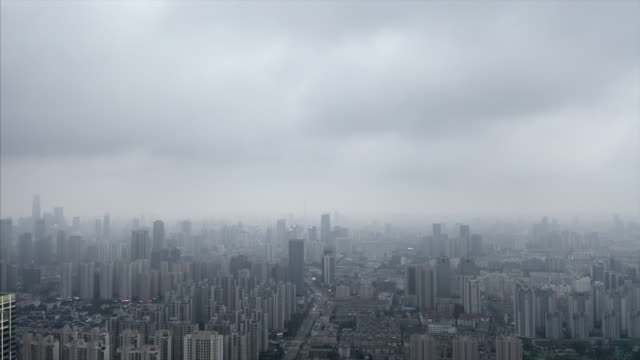 stadt im regen - smog stock-videos und b-roll-filmmaterial