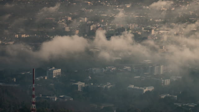 città della nebbia e movimento di cloud, time-lapse 4 k (uhd - smog video stock e b–roll