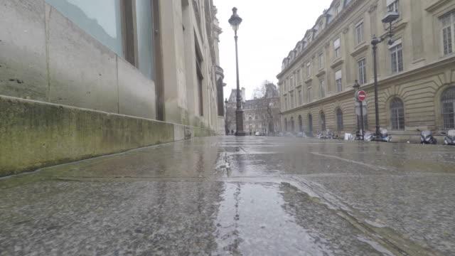 city in the rain, paris, man walking with an umbrella - electric lamp点の映像素材/bロール