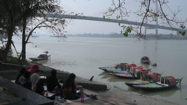 city life as covid-19 pandemic progresses in kolkata, west bengal, india, on monday, december 7, 2020. - howrabron bildbanksvideor och videomaterial från bakom kulisserna