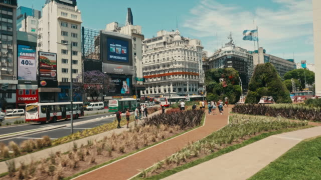 city life in av 9 de julio, buenos aires, argentina - avenida 9 de julio stock videos & royalty-free footage
