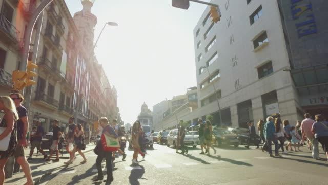vídeos de stock e filmes b-roll de city life in barcelona, spain - barcelona espanha