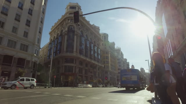 city life in madrid, spain: gran via - マドリード グランヴィア通り点の映像素材/bロール
