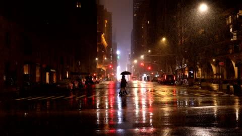 vídeos y material grabado en eventos de stock de luz de la ciudad reflexiones en la lluvia - new york city