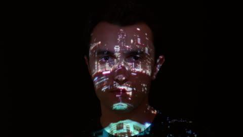 vídeos y material grabado en eventos de stock de proyección de luces de la ciudad en la cara del hombre - projection
