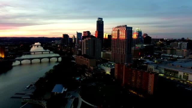 Stadslichten inschakelen als de zon ondergaat en Austin nachtleven komt tot leven Aerial View hoofdstad stad van Texas Skyline stadsgezicht