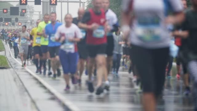 悪天候でシティ マラソン - トラック競技点の映像素材/bロール