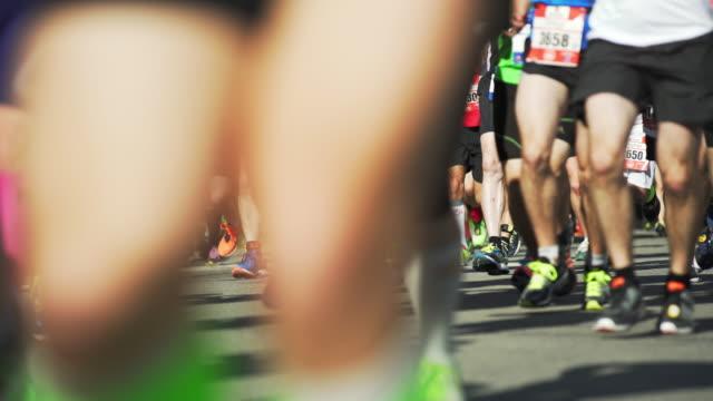Runner in corsa per la maratona città (4 k UHD) /