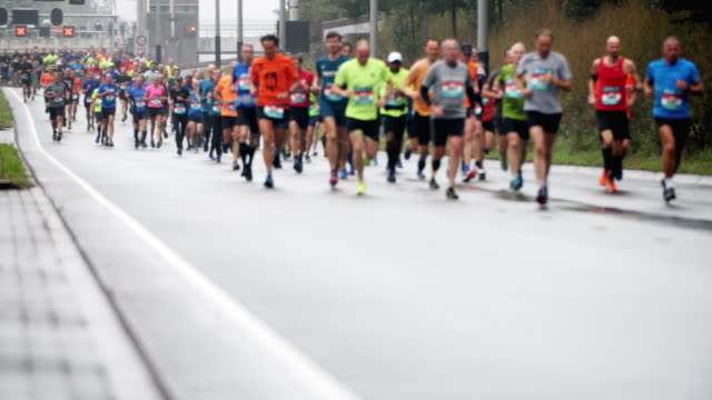 vídeos de stock e filmes b-roll de city marathon runners in slow motion - maratona