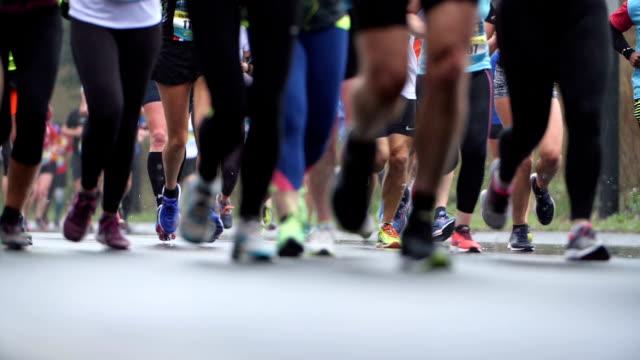 vídeos de stock, filmes e b-roll de corredores de maratona cidade em câmera lenta - maratona