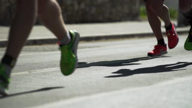 city-marathon läufer im gegenlicht (4 k uhd) / - menschliche gliedmaßen stock-videos und b-roll-filmmaterial