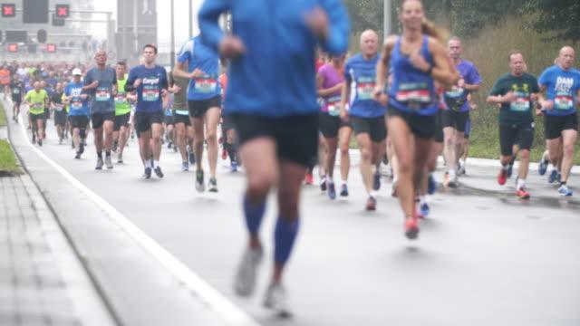 vídeos de stock, filmes e b-roll de corredores de maratona da cidade - maratona