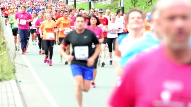シティーマラソンランナー - トラック競技点の映像素材/bロール