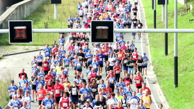 vídeos de stock, filmes e b-roll de maratona da cidade - maratona