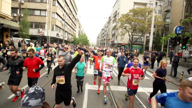 city marathon - marathon stock-videos und b-roll-filmmaterial